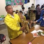 大沢鼓笛隊の皆さんと一緒に楽器体験中です。