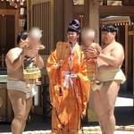 恒例の泣き相撲が行われております。