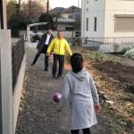 県議会同期当選の斎藤健夫 県議会副議長(藤沢市選挙区)が奥様と自宅にお越しをいただき、娘と三人でサッカーボール蹴り遊びをしました^ ^