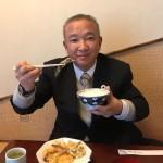 市役所から徒歩10秒のところにあり、藤井裕久先生の秘書時代から20年以上のお付き合いがある「天春」さんにて、天ぷら定食(800円)をいただきました^ ^