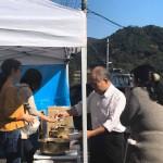 今日は鈴木宗男参議院議員と事務所の皆さんが、藤野までお越しになり、台風第19号で被災され避難されている方とそれを支える皆さんに炊き出しのお手伝いでお越しくださいました。