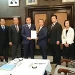 令和元年 台風第19号の災害対応に関する緊急要望書を黒岩県知事にお渡しました。