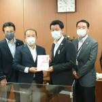 相模原事務用品組合の浦上裕生代表理事らから新型コロナウイルス感染症対策用アクリルボードをご寄贈いただきました。