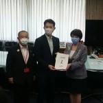 迅速な給付の実現に向けた指定都市市長会緊急要請のため、千葉市の熊谷市長と一緒に高市総務大臣のところへ行ってきました。