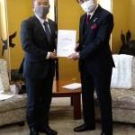 令和3年度 神奈川県の予算・制度に関する本市からの提案・要望書を、黒岩県知事にお渡しました。